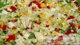 Zeleninový salát s olivami a kukuřicí