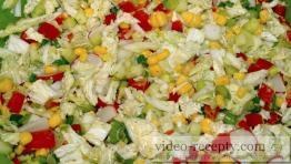 Kukuřicový salát s olivami a rajčaty